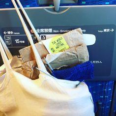 Travelling inside the #japanese #bullettrain to #Nagoya and #knitting #socks for my #daughter with #rosarios4  #theworldlovesknitting #japan #kikospelomundo #familyaroundtheworld