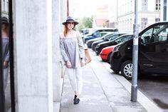 Heute gibt es im Fashion Blogazine Who is Mocca? ein neues Outfit. Alle Details zur grauen Off Shoulder Bluse und den schwarzen Mules gibt es jetzt online!