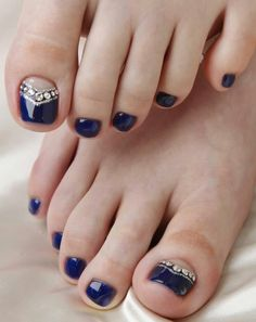 Nail art easy in 20 good ideas to beautify the feet nail art facile pour les ongles des pieds – vernis noir, base nude et strass - Nail Designs Simple Toe Nails, Pretty Toe Nails, Cute Toe Nails, Toe Nail Art, Fancy Nails, Love Nails, My Nails, Pretty Toes, Black Toe Nails