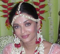 Aishwarya Rai looks absolutely gorgeous in her wedding photos with a golden saree and jewellery. Aishwarya went to Venice. Aishwarya Rai Makeup, Aishwarya Rai Photo, Actress Aishwarya Rai, Aishwarya Rai Bachchan, Bollywood Actress Hot, Bollywood Girls, Bollywood Celebrities, Aishwarya Rai Wedding Pictures, Golden Saree