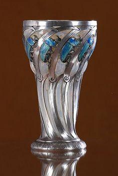 """RENE LALIQUE (1860-1945) """"Gobelet Scarabées Rhinocéros"""" Circa 1897-1899 À corps conique renflée en partie haute en cristal légèrement opalescent (éclats) soufflé dans une monture en argent ciselé et rehaussé d'émaux bleu canard et noir. Signé Lalique sur le pied de la monture et coléoptère ciselé sous la base. H. 15,8 cm D. 9 cm"""