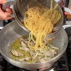 Pasta con le alici--ITALIA by Francesco -Welcome and enjoy- frbrun Italian Pasta, Italian Dishes, Italian Recipes, Fish Recipes, Pasta Recipes, Cooking Recipes, Healthy Recipes, Gnocchi, Le Diner