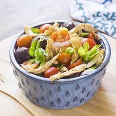 Ecco l'insalata di pollo greca servita in tavola, perfetta quando si desidera un piatto fresco e stuzzicante nelle calde giornate estive!
