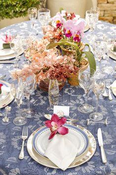Usamos a toalha Vanna Blue, da Vestindo a Mesapara compor esta mesa nos tons de azul, branco, salmão, fúcsia e rosa.