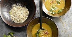 Kürbis-Ingwer-Suppe mit Chili und Koriander: Mit ca. 140 Kalorien pro Portion fällt das asiatisch angehauchte Süppchen buchstäblich kaum ins Gewicht.