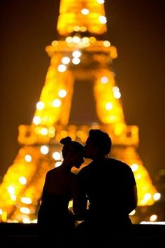 Bucket List: Kiss in Paris. (Ok so honestly I want to kiss like everywhere because I think that's a cool tradition to have with your couple but Paris seems especially cute, especially with this photo. Romantic Love, Hopeless Romantic, Romantic Paris, Romantic Quotes, Romantic Escapes, Romantic Evening, Romantic Gifts, Tour Eiffel, Paris Amor