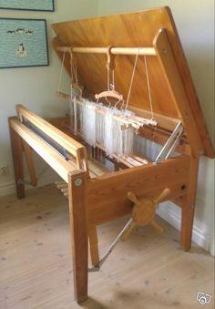 Bordsyta 145 x 90 höjd 75 Vävbredd 110 cm 8 trampor, varav 4 nytillverkade A loom that becomes a table (in Sweden but wish it was here)