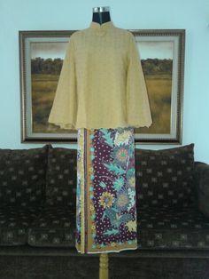 Suit cotyon emboss with handmade hokokai batik Kebaya Lace, Batik Kebaya, Batik Dress, Mode Batik, Kebaya Modern Dress, Model Kebaya, Dress Brokat, Kebaya Muslim, Thai Dress