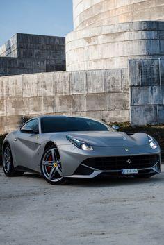 Jedno z najmocniejszych Ferrari. F12berlinetta to drugi najmocniejszy model włoskiej firmy, który został dopuszczony do ruchu ulicznego. Samochód wygląda pięknie z zewnątrz, ale wystarczy tylko trochę znać się na motoryzacji, by wiedzieć, że taki pojazd ma też niesamowite wnętrze. Dość powiedzieć, że jego prędkość maksymalna wynosi 340 km/h. Ten model Ferrari spełni wymagania każdego fana czterech kółek. #motoryzacja #samochód #ferrari #f12berlinetta ##ferrari