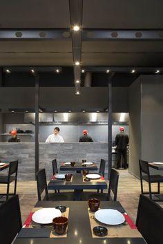 Cocina abierta del restaurante Umo by Estudi Josep Cortina #quioscos #umo #gruponomo #josepcortina #diseño #design #restaurante #interiorismo #deco #japanesefood #barcelona #showcooking