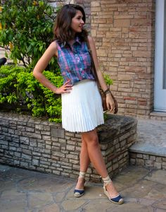 Look do dia com camisa xadrez sem manga reformada, saia branca plissada e espadrilles. - OOTD with plaid shirt sleeveless pleated white skirt.  #estilo #blogdemoda #ootd #lookdodia