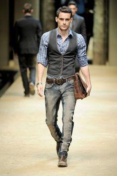 abbigliamento-business-casual-uomo-jeans-effetto-usato-camicia-borsa-pelle-consumata