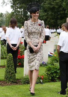 El segundo día, Kate deslumbró con un vestido de encaje rosa pálido sobre un…