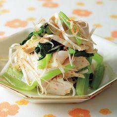 レタスクラブの簡単料理レシピ 発汗効果のあるとうがらしと熱を作り過ぎないとり肉でスッキリ「ゆでどりと小松菜のピリ辛あえ」のレシピです。