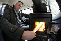Man rijdt met zelfgemaakte houtkachel rond in Volvo - Nieuws - TROUW