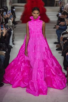 Valentino 2019 Spring/Summer Haute Couture Show Pink Fashion, Colorful Fashion, Runway Fashion, Fashion Dresses, Valentino Couture, Style Couture, Haute Couture Fashion, Pageant Dresses, Evening Dresses