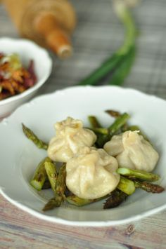 Rezept: Selbstgemachte Dumplings aus dem Dampfgarer auf Spargel