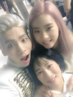 SHINee's Jonghyun Snaps Sweet Selcas with Sister and Mother after Concert