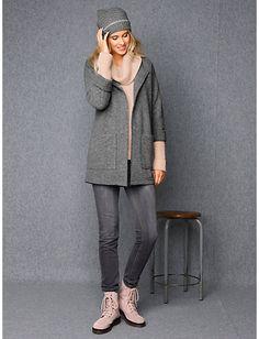 Cosy Winter-Look: hochwertige Longstrickjacke, kuschelig warme Mütze und Schnürstiefelette in rosè