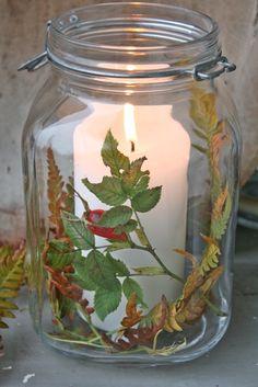 Så er høstkveldene begynt å bli mørkere og kaldere..åh! Jeg kan kjenne at jeg liiiker det:))Som dere kan skimte bak trauet med høstblad...