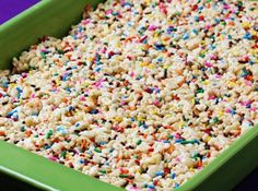 cake batter rice crispy treats 3 tb butter, 1 10 oz bag of mini marshmallows, cup yellow cake mix (the dry cake mix, not prepared batter) 6 cups crispy rice cereal, 1 oz container of sprinkles Rice Crispy Treats, Krispie Treats, Yummy Treats, Sweet Treats, Yummy Food, Tasty, Think Food, I Love Food, Köstliche Desserts