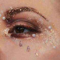 ⊹ Sternenstaub ⊹ Gold Silber Perle Pixie Glanz schimmernden Meerjungfrau Look, Augen Make-up Kunst Source by Eye Makeup Art, Eye Art, Makeup Inspo, Makeup Inspiration, Makeup Tips, Beauty Makeup, Hair Makeup, Makeup Ideas, Makeup Products