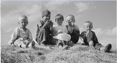 1941.07.10 Дети едят сладости. Д. Ладвозеро