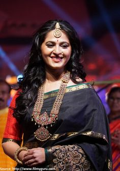 When #AnushkaShetty walked the ramp for designer Shravan Kumar at 'An Ode to #Weaves Fashion Show' wearing a stunning black #EmbroideredSilkSaree paired with #traditional jewellery, the royal queen of #Bahubali  touched a million hearts with her stunning finery.