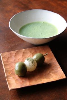 Japanese matcha tea and odango (mochi balls on a stick). A good refreshing drink and sweet. Matcha is delicious. Japanese Snacks, Japanese Sweets, Japanese Food, Japanese Candy, Japanese School, Matcha Set, Japanese Matcha Tea, Japanese Tea Ceremony, Greens Recipe