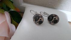 Boucles d'oreille  avec cabochon de verre : petit chien bouledog  steampunk -diamètre 12mm -métal sans nickel-cadeau pour elle de la boutique Domidora sur Etsy