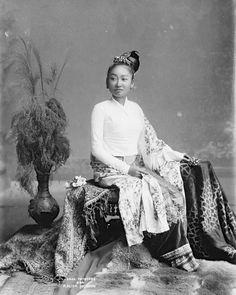Burmese days: the extraordinary photos of Philip Adolphe Klier Myanmar Women, Burma Myanmar, Myanmar Traditional Dress, Traditional Dresses, Indonesian Women, Old Portraits, Royal Dresses, Bagan, Mandalay