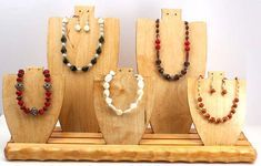 He encontrado este interesante anuncio de Etsy en https://www.etsy.com/es/listing/127472436/wooden-necklace-form-display-set