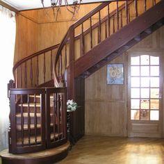 Винтовая лестница в загородном доме. Массив дуба. Изготовление на заказ.