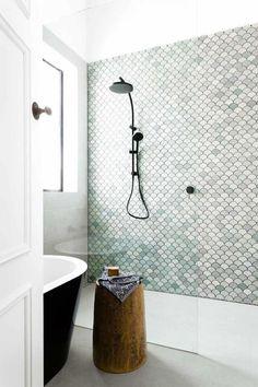 Fine color for tiles BECKI OWENS- Bathroom Style Trend: Tile Statement Wall - Badezimmer ♡ Wohnklamotte - Decorixs Bathroom Renos, Bathroom Interior, Modern Bathroom, Small Bathroom, Bathroom Ideas, Bathroom Makeovers, Bathroom Green, Bathroom Wall, Bathroom Cabinets