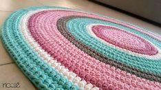 שטיח בהזמנה אישית סרוג בעבודת יד מחוטי טריקו בגוונים ורודים, לבן, חאקי וטורקיז. קוטר 1.1 מ'