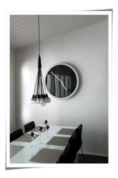 Modernissa ja pelkistetyssä ruokailutilassa väreiksi on valittu musta ja vaalea hopeisilla mausteilla.