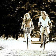 Usar la bici no sólo es divertido y gratificante sino que nos ayuda a liberar ansiedades, relajarnos, respirar aire puro y hasta podemos hacer turismo activo junto a la bicicleta.