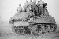 1944, France, Strasbourg, Chargé de fantassins, le M4A3 (Sherman) Médenine II du 501e RCC (Régiment de Chars de Combat) progresse vers la ville