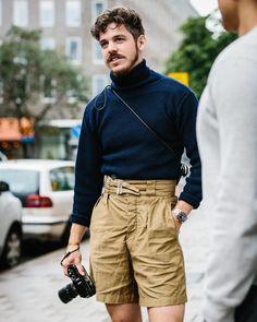 Os tênis brancos masculinos são bastante populares entre os rapazes de todos os estilos, por ser uma peça do nosso look que é bem versátil, combina basicamente com tudo desde cores a composições. Você pode encontrar uma variedade de modelos de tênis branco como os, de cano médio, cano alto, esportivo, social, enfim, uma variedade de modelos que pode ser perfeito para seu look e para usar em qualquer ocasião. Unisex Fashion, Urban Fashion, Boy Fashion, Fashion Outfits, Fashion Design, Fashion Trends, Men Hipster Fashion, Fashion Hair, Womens Fashion