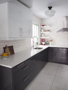 Small kitchen ideas and designs for your small house or apartment, stylish and efficient - Modern kitchen ideas with island and storage organization Home Decor Kitchen, Kitchen Interior, New Kitchen, Kitchen Dining, Kitchen White, Kitchen Ideas, Kitchen Corner, Kitchen Modern, Glass Kitchen