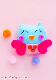 There can't be a cuter way to express your love than with this Handmade Felt Valentine Owl! Soft and colorful, this is the perfect Valentine's Day gift! Fish Crafts, Owl Crafts, Felt Diy, Handmade Felt, Easy Diy Crafts, Diy Crafts For Kids, Craft Ideas, Owl Classroom, Felt Snowman