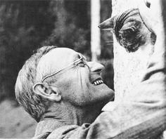 Hermann Hesse, el creador de El Lobo Esterpario y Demian. Ganador del Premio Nobel de Literatura en 1946, acariciando a su gato.