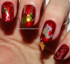 Christmas nails with a nail piercing Xmas Nails, Prom Nails, Bling Nails, Gold Nails, Fun Nails, Holiday Nail Art, Christmas Nail Art, Christmas Sock, Gold Christmas