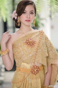 Cambodian Wedding Dress, Thai Wedding Dress, Khmer Wedding, Thai Traditional Dress, Traditional Outfits, Pretty Asian, Beautiful Asian Girls, Thailand Fashion, Thai Fashion