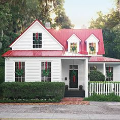 Turquoise, Tulips and Bliss: Four Christmases! What a cute southern house to spend Christmas at. Dream, dream....