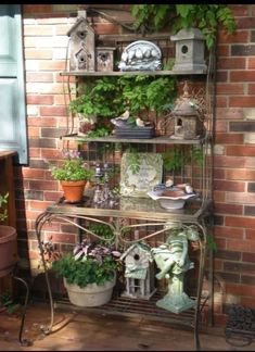 Rustic baker's rack for the garden. Schöne Idee Rustic baker's rack for the garden. Rustic Bakers Racks, Outdoor Bakers Rack, Bakers Rack Decorating, Porch Decorating, Decorating Ideas, Do It Yourself Garten, Front Porch Bench, Deco Champetre, Decks And Porches