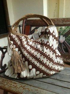 I just love this bag Batik Kebaya, Batik Dress, Upcycled Textiles, Ethnic Bag, Batik Pattern, Batik Fashion, Diy Handbag, Boho Bags, Simple Bags