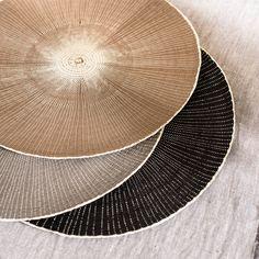 Tischset aus Stroh, grau, beige und schwarz