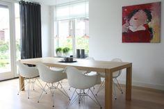 sillas blancas con diseño redondeado