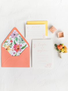 Einfacher geode Verlobungsring mit Pfirsichsamt Ringkasten und Aquarell Hochzeitseinladungssuite
